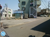 中学校の自転車置き場に沿って歩き、大きな道路に出ますと、右側に当院が見えます。