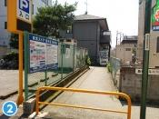市営駐車場、駐輪場の右側にに沿った歩行者専用の小道に入り、自動販売機を左折。そのまま道なりに進みます。