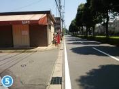 左側に「たばこ」の看板がある建物がございます。建物の手前の路地を左折してください。