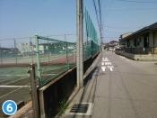 真っ直ぐ進んで頂くと当院の電柱広告があり、その先には左手にテニスコートがあります。